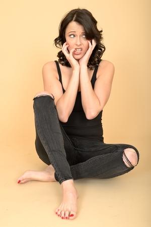 jeans apretados: Atractivo sexy mujer joven vistiendo de negro jeans ajustados rasgados y chaleco Top Foto de archivo