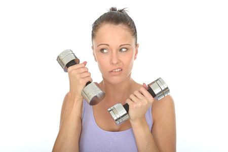 gimnasio mujeres: Saludable joven Entrenamiento Mujer Con Pesas Pesas de Bell Mirando Fed Up