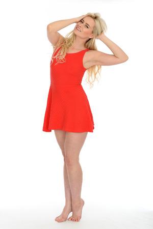 sexy f�sse: Attraktive sexy junge blonde behaarte Frau in ihren Zwanzigern tr�gt einen kurzen roten Minikleid in Bare Feet