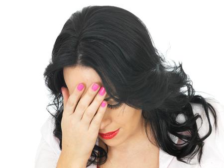 expresiones faciales: Mujer Triste Avergonzado Deprimido joven hispana en sus veinte a�os con la cabeza entre las manos