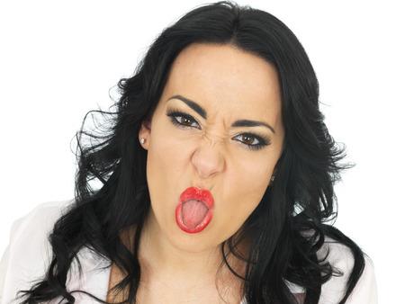 adentro y afuera: Cheeky Mujer hisp�nica hermosa joven de unos veinte a�os que tiran de caras tontas y sacando la lengua Foto de archivo
