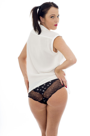 bragas: El uso Atractivo Sexy Modelo joven una camisa abierta blanca y bragas negras con los manojos de pelo