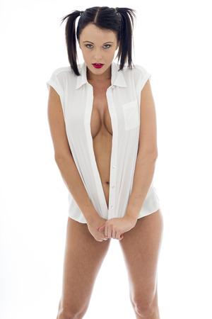seins nus: Attractive Sexy jeune Topless modèle portant une chemise blanche ouverte et culottes noires avec des grappes de cheveux