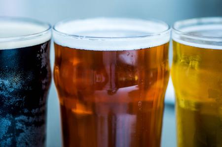 cerveza negra: Tres vasos de diferente Alcohol Cerveza Lager y Stout