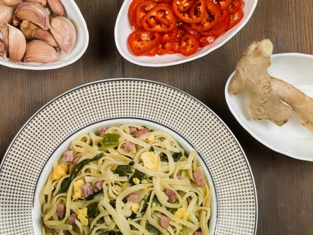 Bami Goreng Indonesische stijl gebakken noodles met varkensvlees en eieren