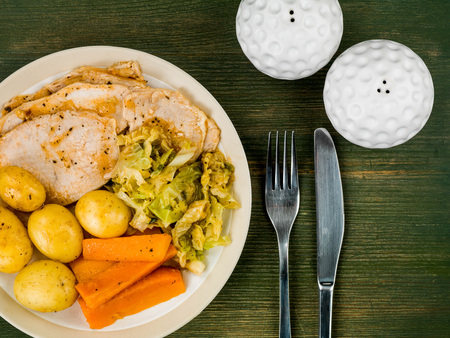 Жаркое из свинины и овощей Воскресный обед на фоне зеленого дерева