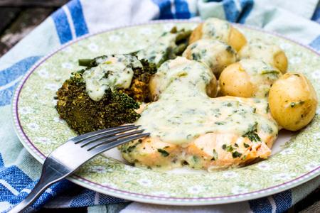berro: Filete de salmón escalfado y verduras en una salsa cremosa de berros