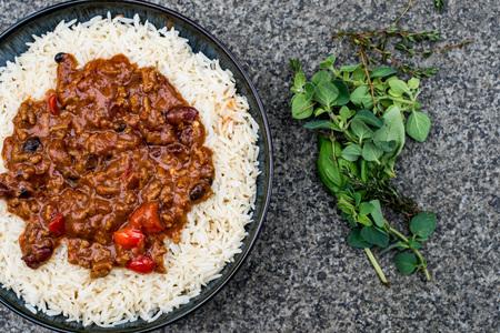 Мексиканский стиль Chilli Con Carne с белым вареным рисом