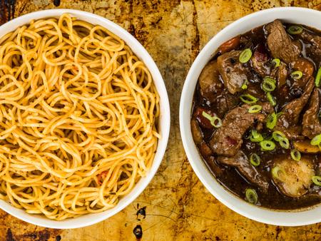 Соус из говядины и черной фасоли с красным перцем и яичной лапшой против проблемной выпечки или духового лотка