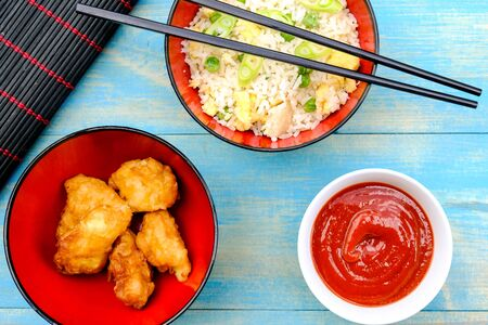 Poulet frit aigre-doux à la chinoise avec riz et légumes frits aux œufs