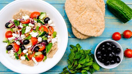 Chunky Fresh Healthy Greek Salad With Pitta Bread, Black Olives, Feta Cheese, Red Onions and Mint 스톡 콘텐츠