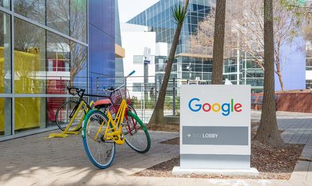 silicio: Mountain View, CA, EE.UU. - 3 marzo 2017 - Google señal de vestíbulo y una bicicleta estacionada en frente de la entrada del edificio de la sede de Google en Mountain View, California, EE.UU., el 3 de marzo, 2017.