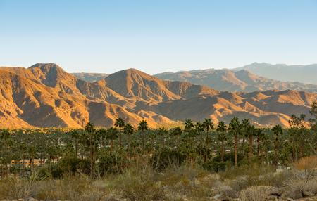 Uitzicht op de vallei met de stad Palm Springs en San Jacinto Mountains op de achtergrond.