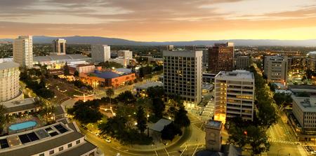 San Jose gilt als die Hauptstadt des Silicon Valley, eines berühmten High-Tech-Zentrums der Welt. Diese Panoramaaufnahme zeigt, wie die Innenstadt von San Jose 2018 direkt nach Sonnenuntergang wie eine Sommernacht aussah.