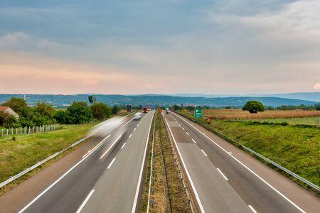 Ein Teil der europäischen Autobahn E 75, die durch mehrere europäische Länder führt. Das Bild wurde in der Nähe der Stadt Paracin in Serbien aufgenommen.