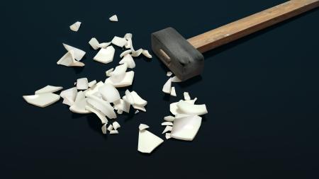 violencia intrafamiliar: gran martillo de hierro y porcelana roto en pedazos