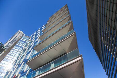 Arrière-plan architectural très contrasté et très détaillé avec façade d'immeuble de bureaux moderne aux arêtes vives