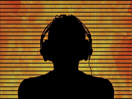 casque audio: silhouette noire d'un DJ dans des �couteurs sur fond orange feu Banque d'images