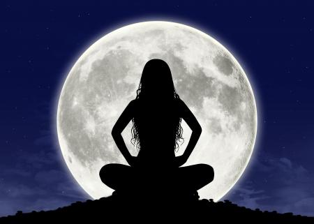 completo: silueta de una hermosa mujer joven con el pelo largo en postura de meditaci�n con la luna llena en el fondo Foto de archivo