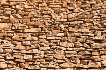 coquina: amarillo coquina vieja pared hecha de grandes y peque�as piedras en bruto con cemento Foto de archivo
