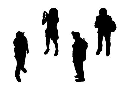 schwarzen Silhouetten von mehreren Männern und Frauen unterschiedlichen Alters zu Fuß im Freien, perspektivische Ansicht von oben Standard-Bild