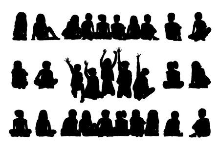 ni�os de diferentes razas: gran conjunto de siluetas negras de alumnos y alumnas acerca de la edad de 5-10 a�os sentados en una fila en el suelo en diferentes posturas Foto de archivo