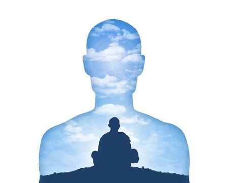retrato de un hombre joven que muestra su mundo interior como monje meditando sobre un fondo hermoso del cielo