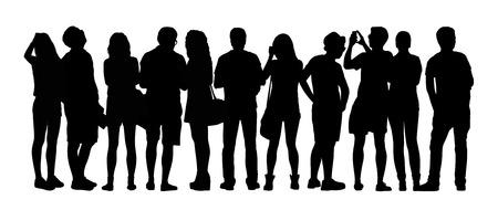 zwart silhouet van een grote groep jonge mensen die zich buiten in verschillende houdingen, kijken, Foto's maken, achteraanzicht Stockfoto