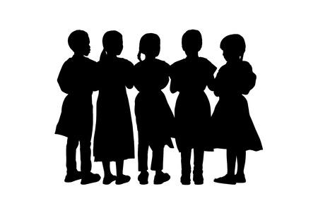 niños de diferentes razas: siluetas de un grupo de niños de 8 años de edad de pie juntos hombro contra hombro, espalda vista Foto de archivo