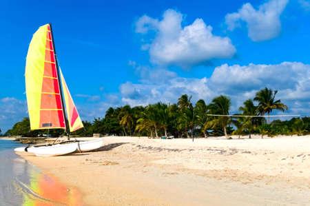 Plage tropicale avec catamaran, Larga Playa, Cuba Banque d'images