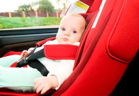asiento coche: niño en la silla de seguridad para automóvil