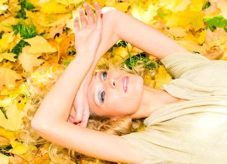 top model: topmodel in de herfst park Stockfoto