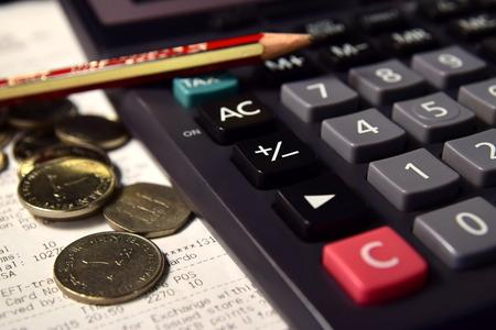 registros contables: Lápiz y calculadora al lado de la de Bill y Monedas