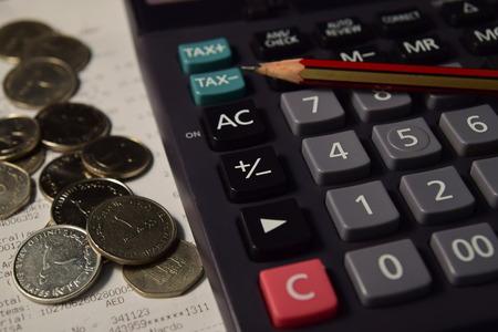 registros contables: L�piz y calculadora al lado de la de Bill y Monedas