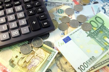 calculadora: Cierre de notas en moneda Vaus y monedas de diferentes países Foto de archivo