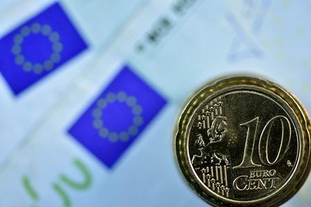 salarios: Primer plano diferente EURO billete de banco y moneda