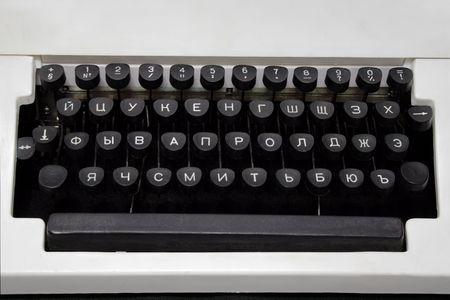 teclado de una m�quina de escribir mec�nica ruso blanco sobre fondo negro Foto de archivo - 4974768