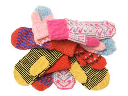 the mittens: mont�n de mitones de lana abigarrada diferentes aislados sobre fondo blanco