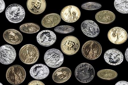 seamless pattern of one dollar coins falling over black background Standard-Bild