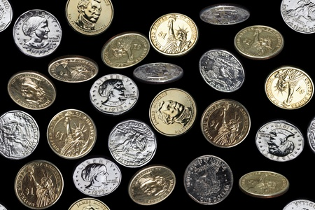 seamless pattern of one dollar coins falling over black background Banco de Imagens