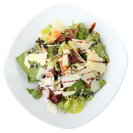 higado de pollo: Ensalada de hígado de pollo y miel de naranja en un plato blanco vestidor aislado en un fondo blanco. Vista desde arriba. Foto de archivo