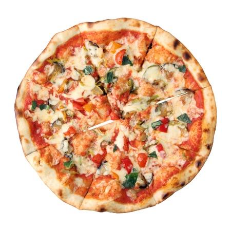 masa: Pizza vegetariana aislado sobre fondo blanco. Vista desde arriba. Foto de archivo