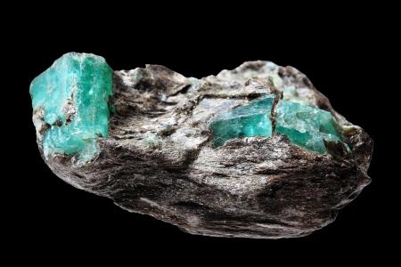 piedras preciosas: Un trozo de mineral con inclusiones de esmeraldas grandes