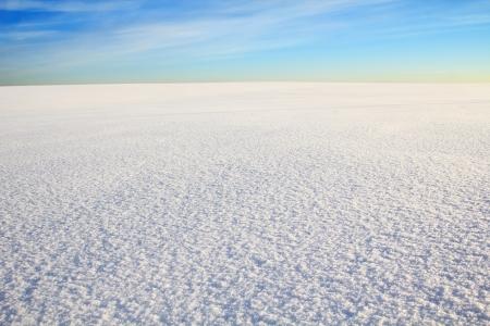 schnee textur: grenzenlose Schnee W�ste unter blauem Himmel. Cirrus-Wolken in den Himmel.