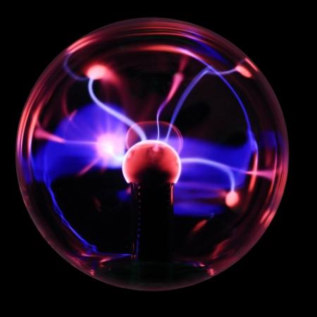 magnetismo: Plasma recuerdo pelota con relámpagos magenta y azul aislado en un fondo negro.