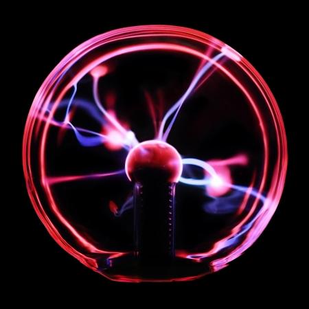 magnetismo: Scariche di plasma Magenta-blu nel plasma palla souvenir isolato su uno sfondo nero