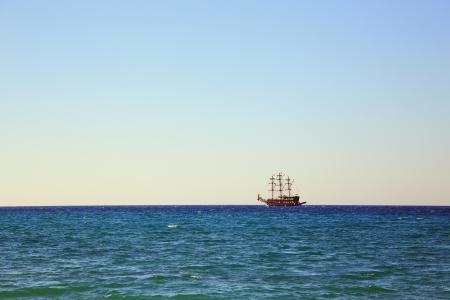 cielo despejado: barco de vela solo en el mar abierto bajo el cielo claro