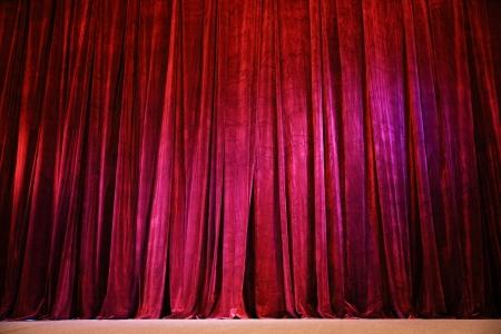sipario chiuso: Chiuso sipario rosso spiegazzato sulla scena