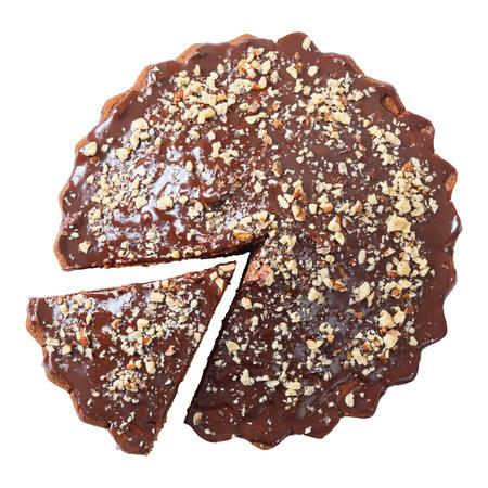 CAKE: torta torta acristalada con un pedazo cortado roció con nueces aislados sobre fondo blanco. Vista superior.