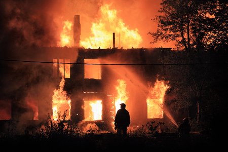 incendio casa: silueta sobre fondo housefire Foto de archivo